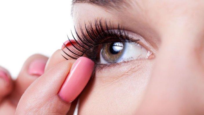 eyelashesfake.jpg