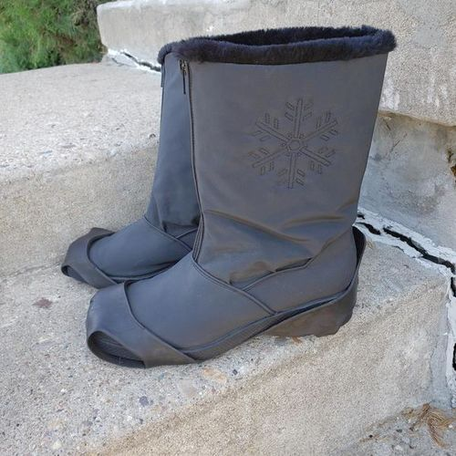 Women's Black Snow Boots Traction Spikes - size 10 for sale in Ogden , UT