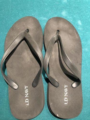 Old Navy flip flop things men's size 7-8 black for sale in Taylorsville , UT