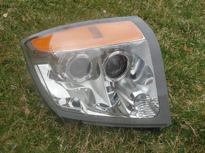 2009 Cadalac SRX drivers side headlight  for sale in West jordan , UT