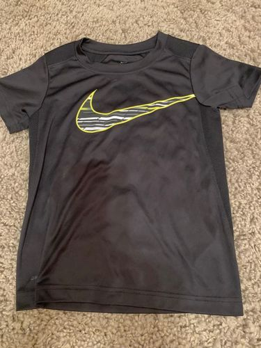 Nike Dri-Fit T-Shirt Boys Size 6 Pre-Owned for sale in Kaysville , UT