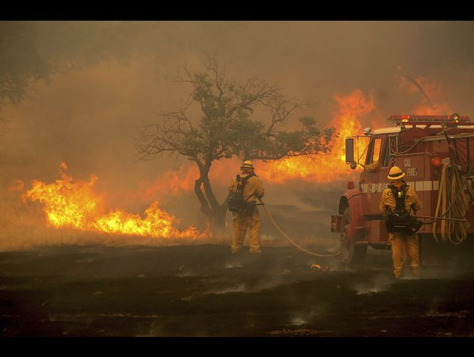 Twin wildfires threaten 10,000 Northern California homes